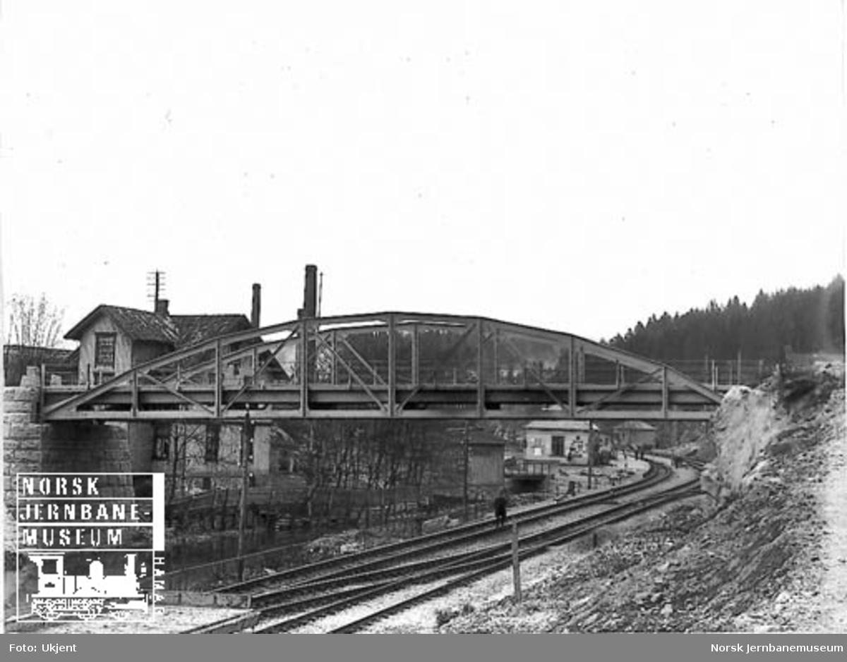 Bryn stasjon med bru for Østensjøveien i forgrunnen