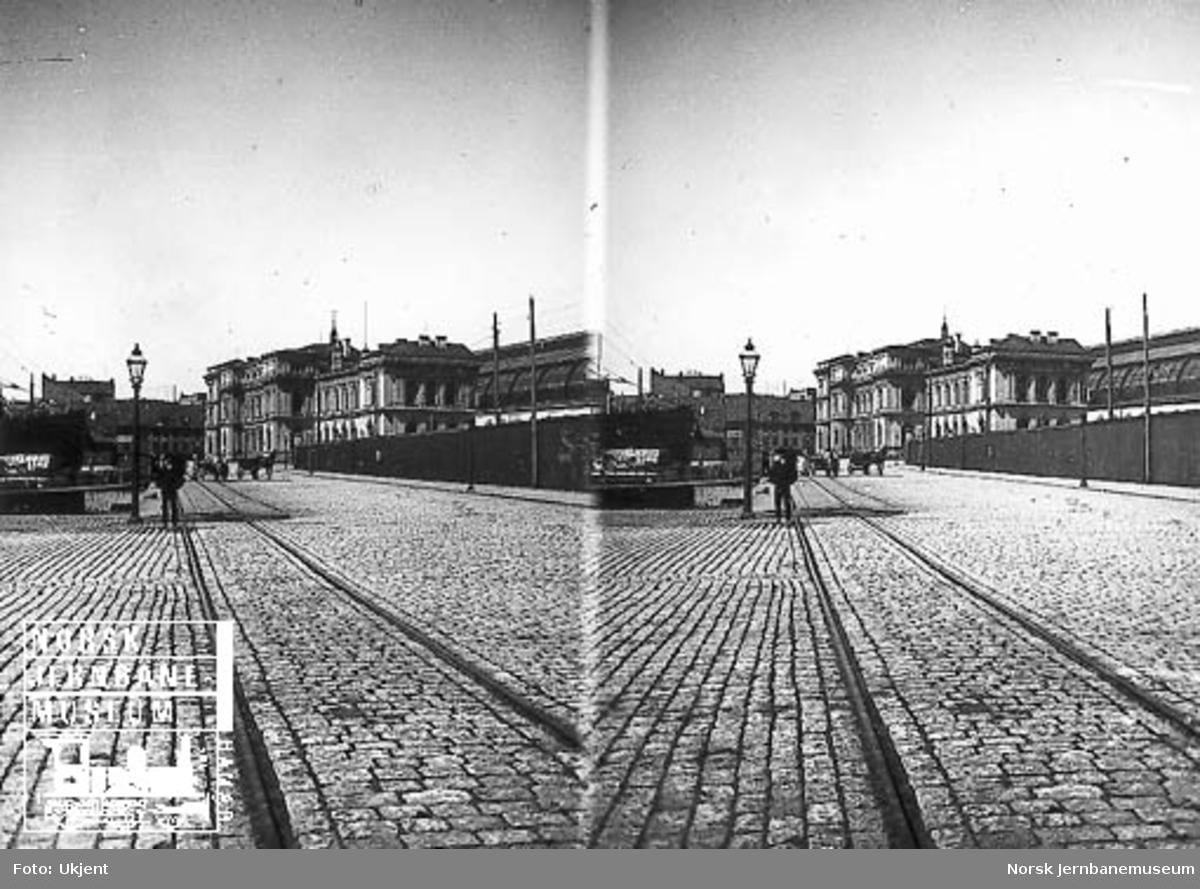 Sjøsiden av Østbanestasjonen, jernbanespor i brusteinsbelagt gate i forgrunnen