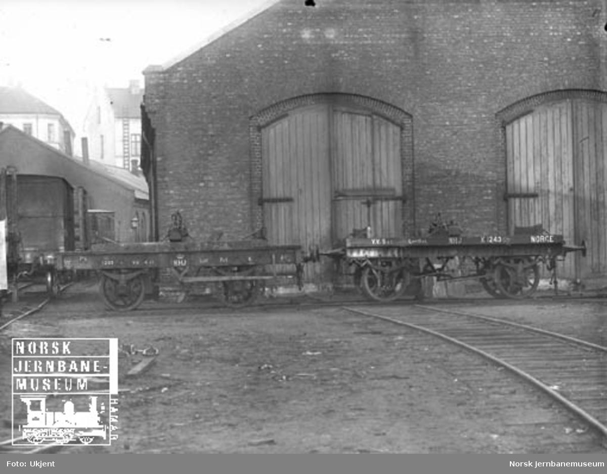 Hovedbanens tømmervogner litra K nr. 1295 og 1243