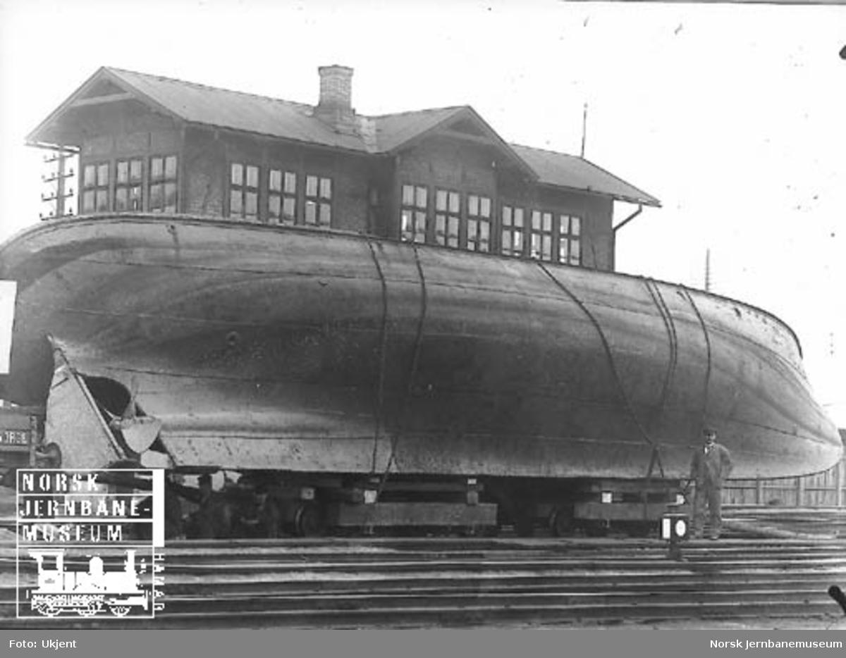 """Dampbåten """"Lodsen"""" (senere """"Varden"""") opplastet på jernbanetraller på Oslo Ø før transport til Mjøsa"""