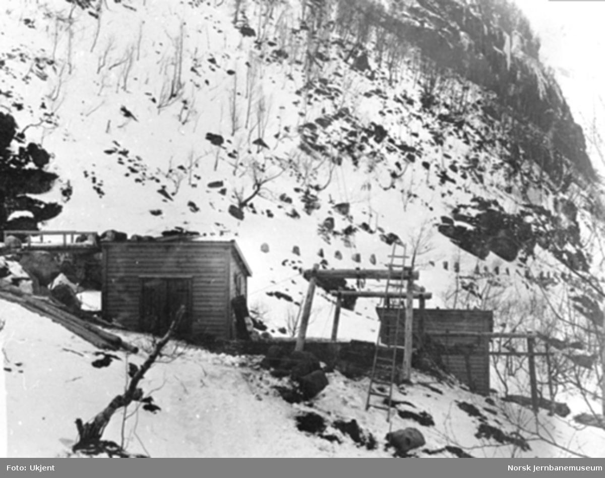 Anlegget av Gravehalsen tunnel; nedre stasjon for løypestreng for materialtransport på østsiden