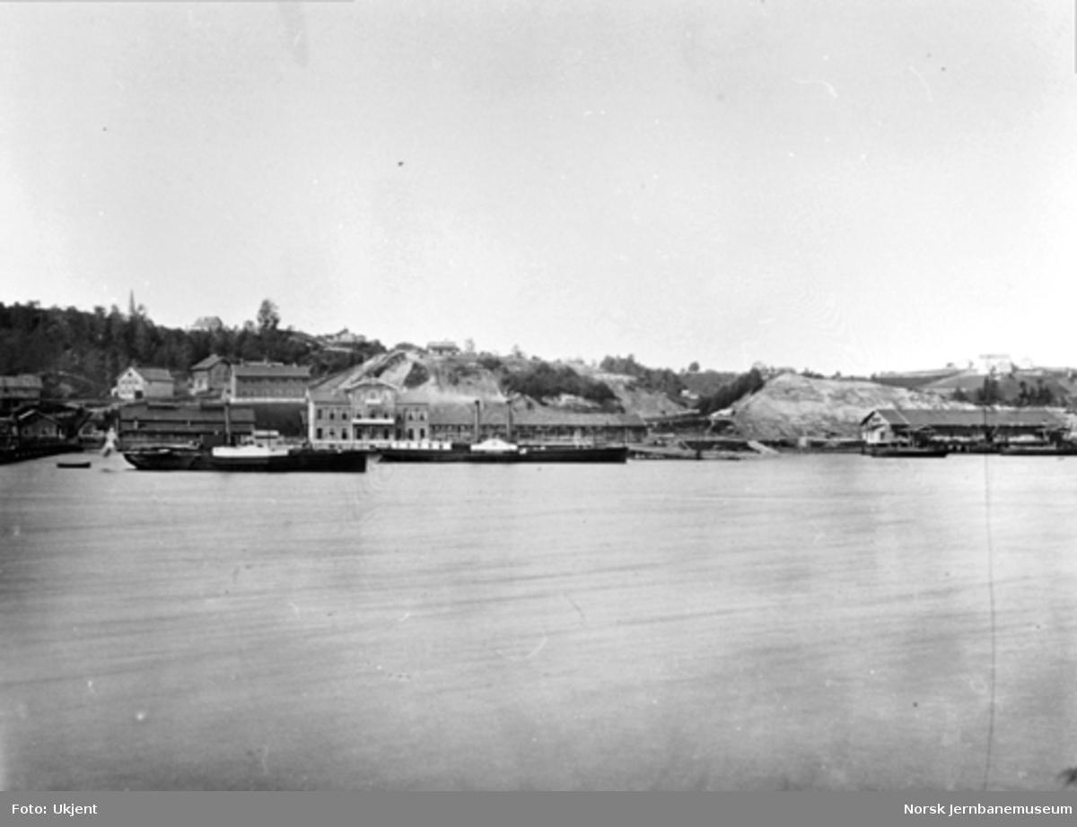 Eidsvoll stasjon sett fra motsatt side av Vorma med to mjøsbåter på elva