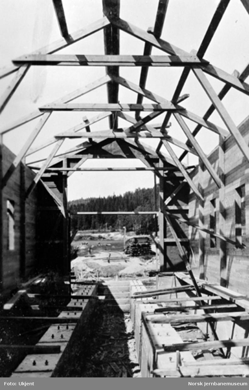 Lokomotivstallen på Sperillen under bygging, sett innvendig