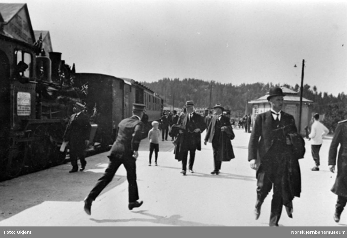 Sperillbanens åpningstog på Hønefoss stasjon på tilbakereisen : stans for middag