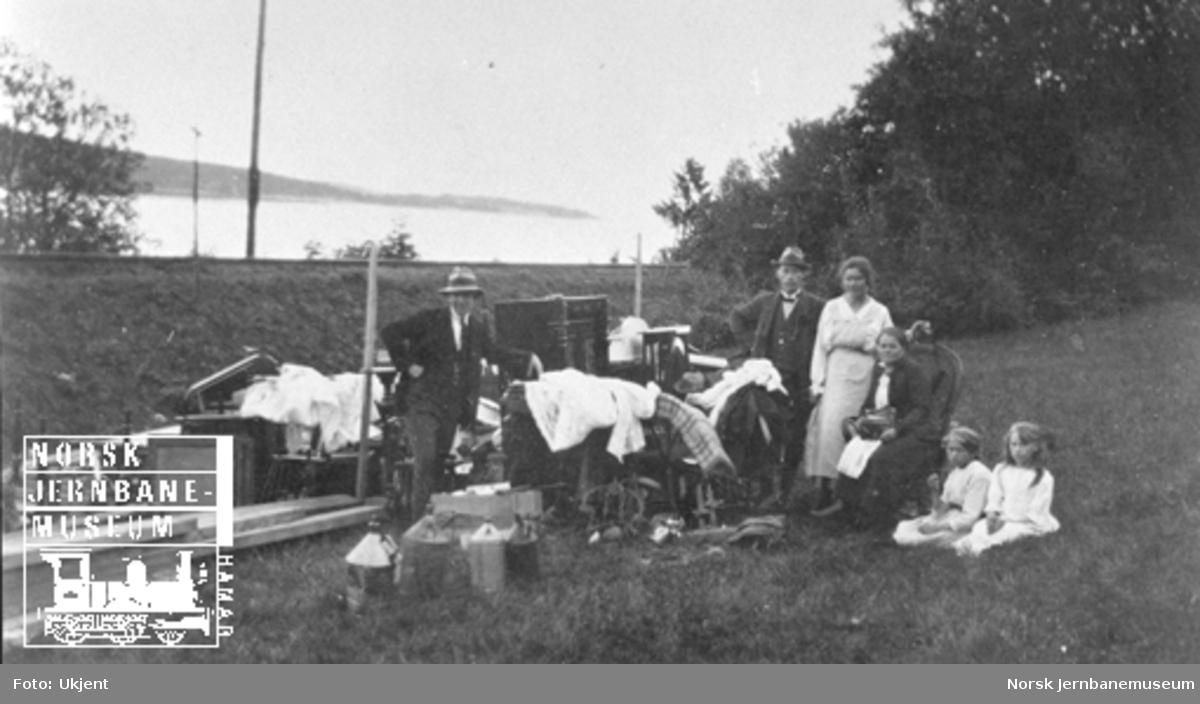 Smørstein-raset; banevokterfamilien med det reddede innboet fra vokterboligen
