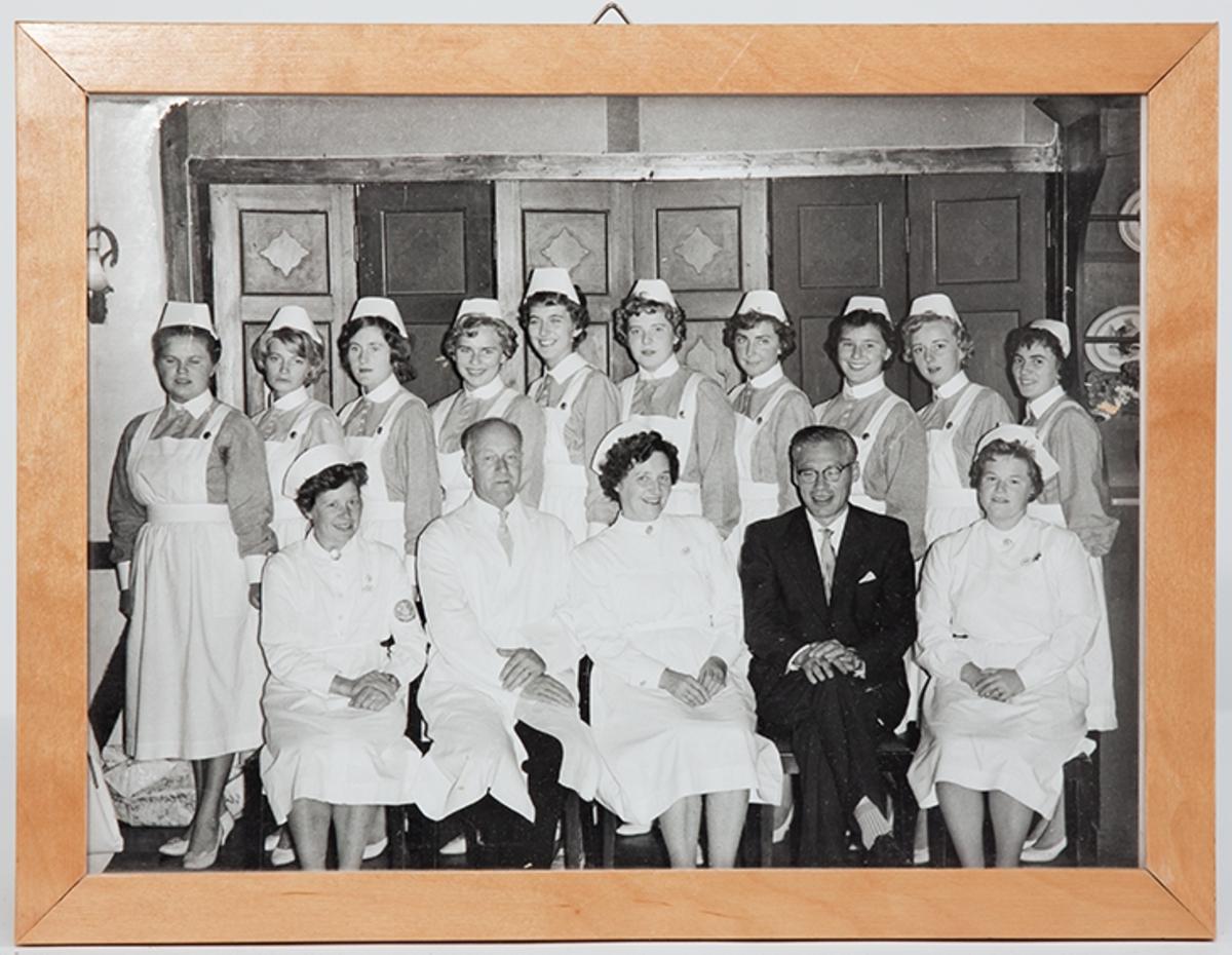 Gruppebilde. Eksamensfest for elevkullet 1961-62 ved Drøbak Syke- og fødestue.