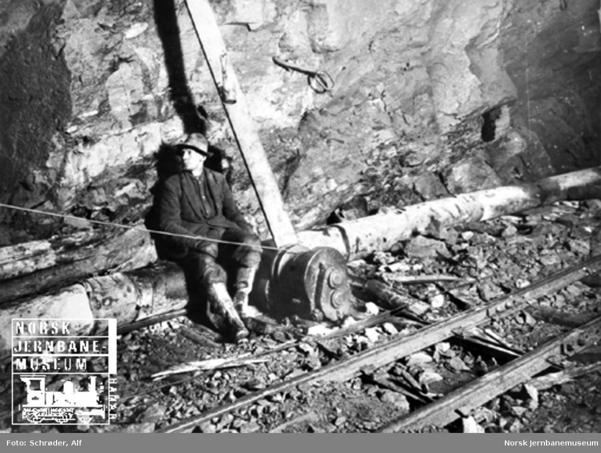 Medjå tunnel : en anleggsarbeider ved en luftheis