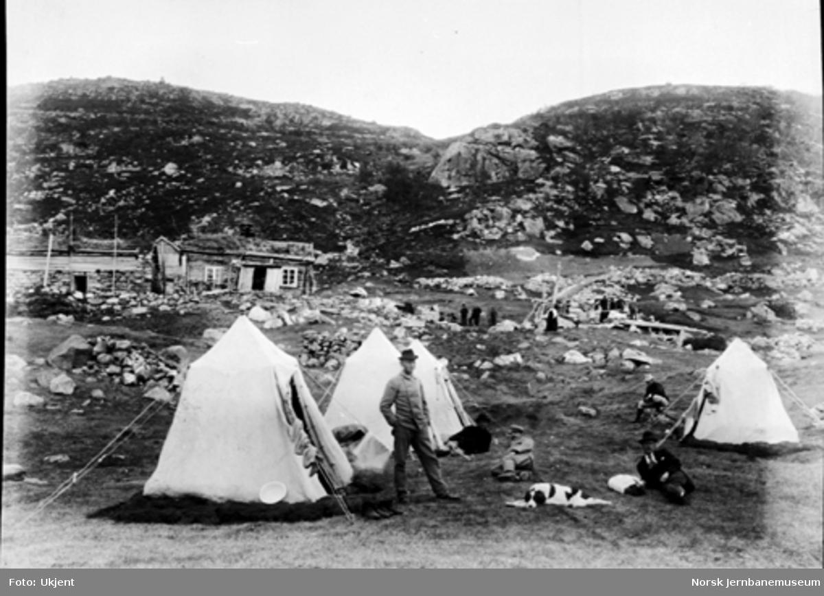 Bergensbanens anlegg; teltleir ved Nygård med et gårdsbruk i bakgrunnen