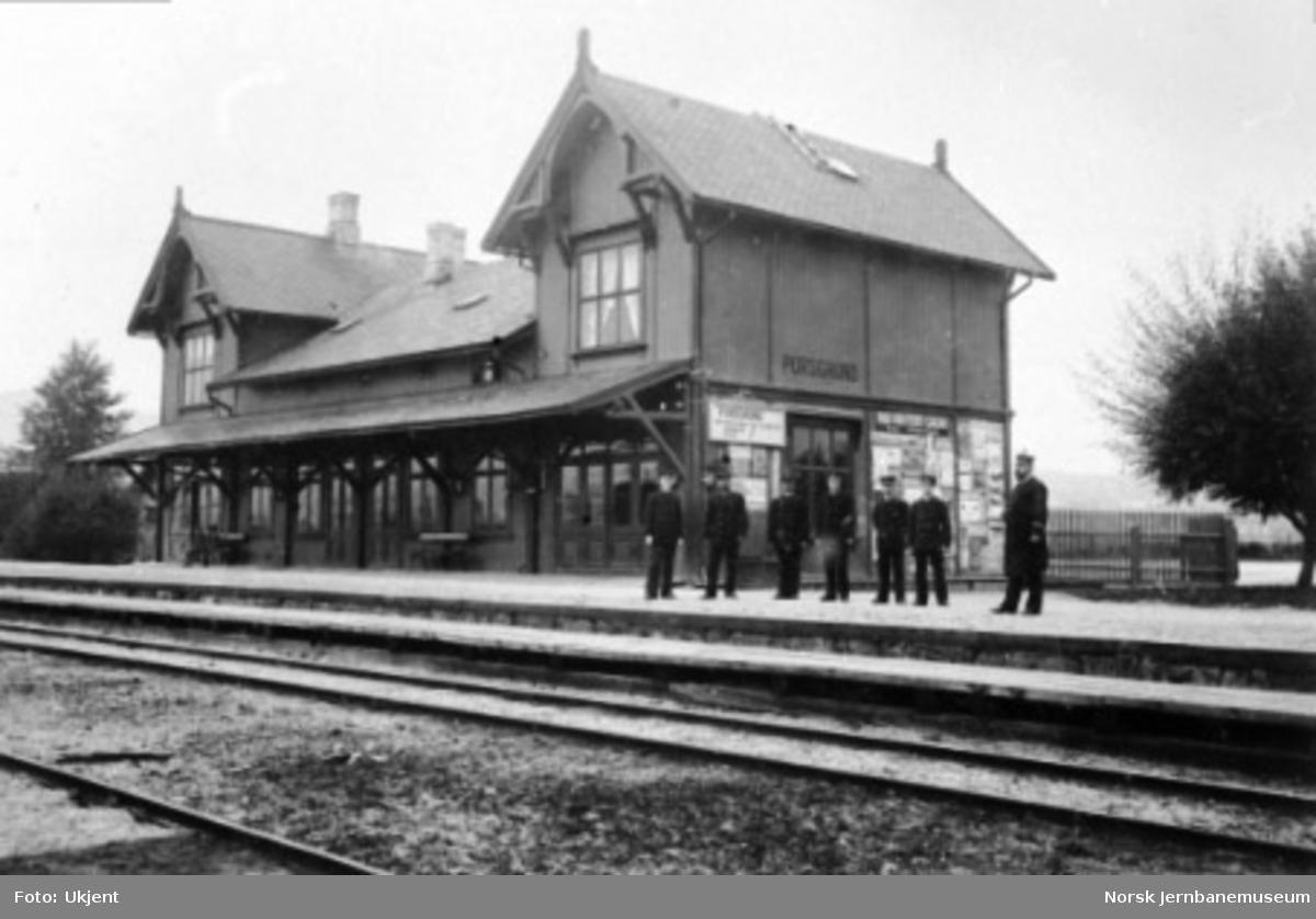 Personalet oppstilt utenfor stasjonsbygningen i Porsgrunn