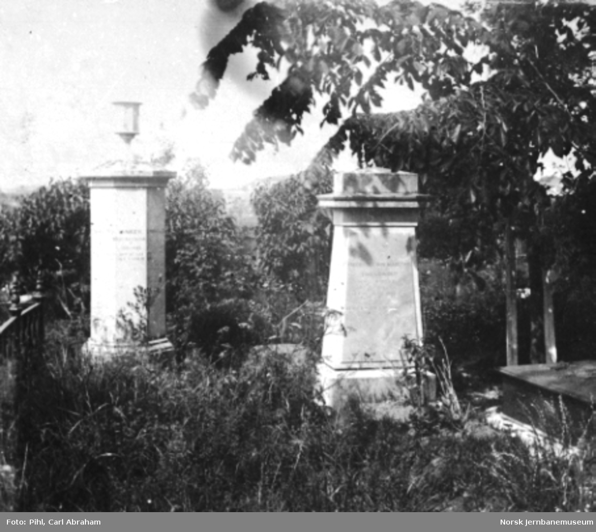 To gravstøtter