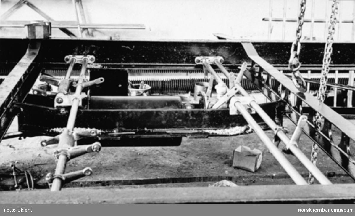 Bensinmotorvogn litra Cmb type 16 under produksjon : detaljer fra understell