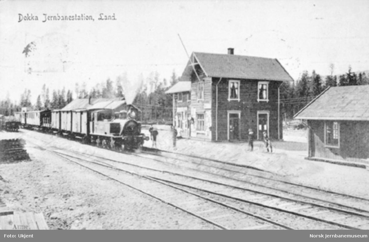Et blandet tog trukket av et av Valdresbanens damplokomotiver på Dokka stasjon