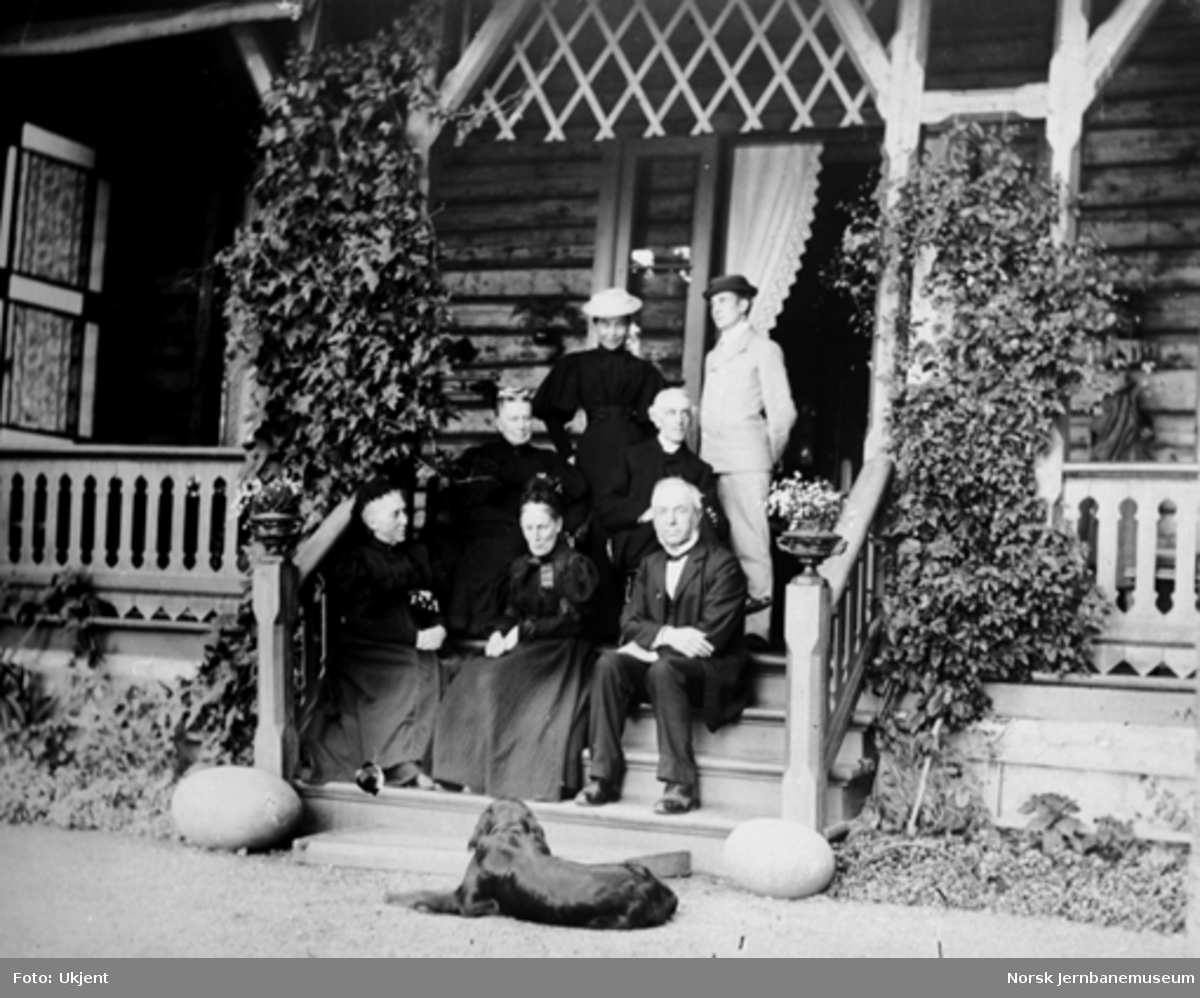 Carl Abraham Pihl og seks andre, trolig familiemedlemmer, på en veranda