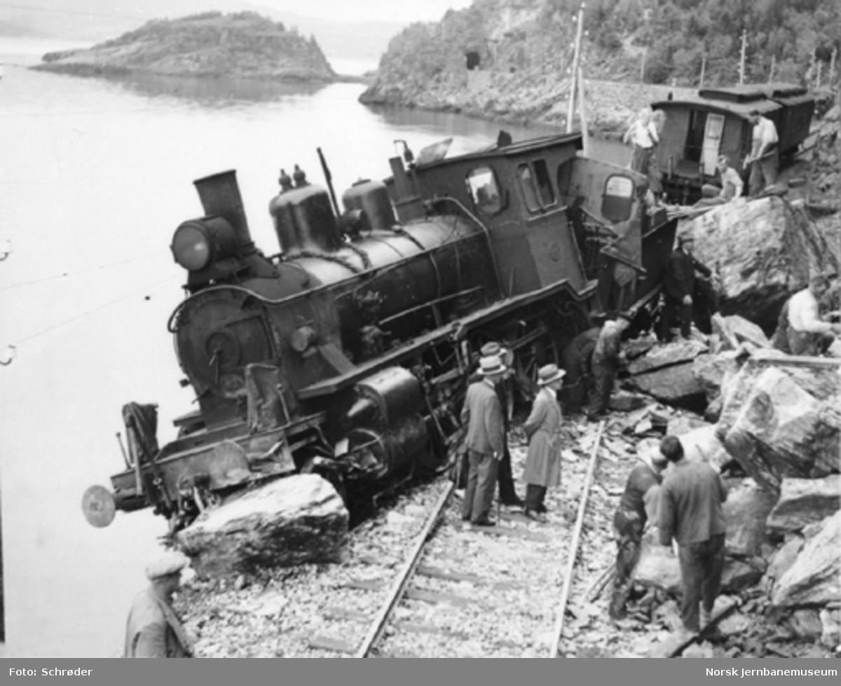 Avsporet damplokomotiv type 21e ved km 29,2 (Gjevingåsen) på Meråkerbanen