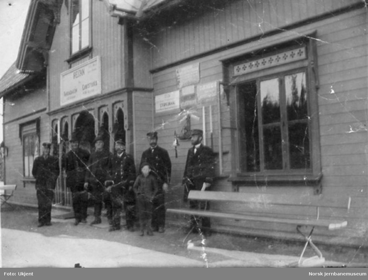 Personalet på Reitan stasjon oppstilt utenfor stasjonsbygningen