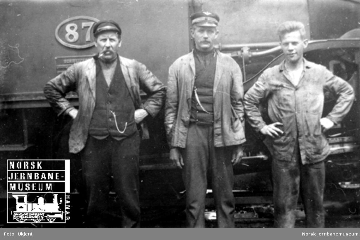 Tre mann foran damplokomotiv litra B2 nr. 87