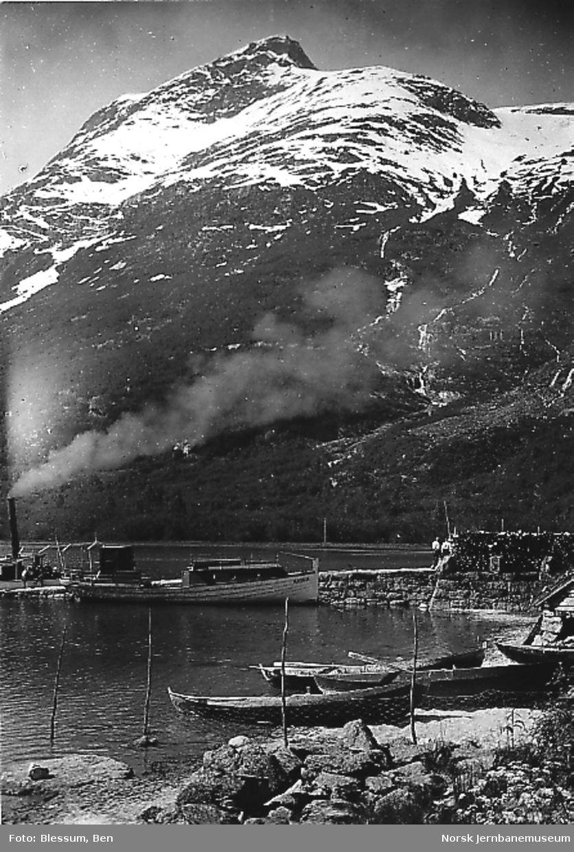 Båten Oldedølen samt en ukjent dampbåt på Oldevatnet med Store Ceciliekrone i bakgrunnen