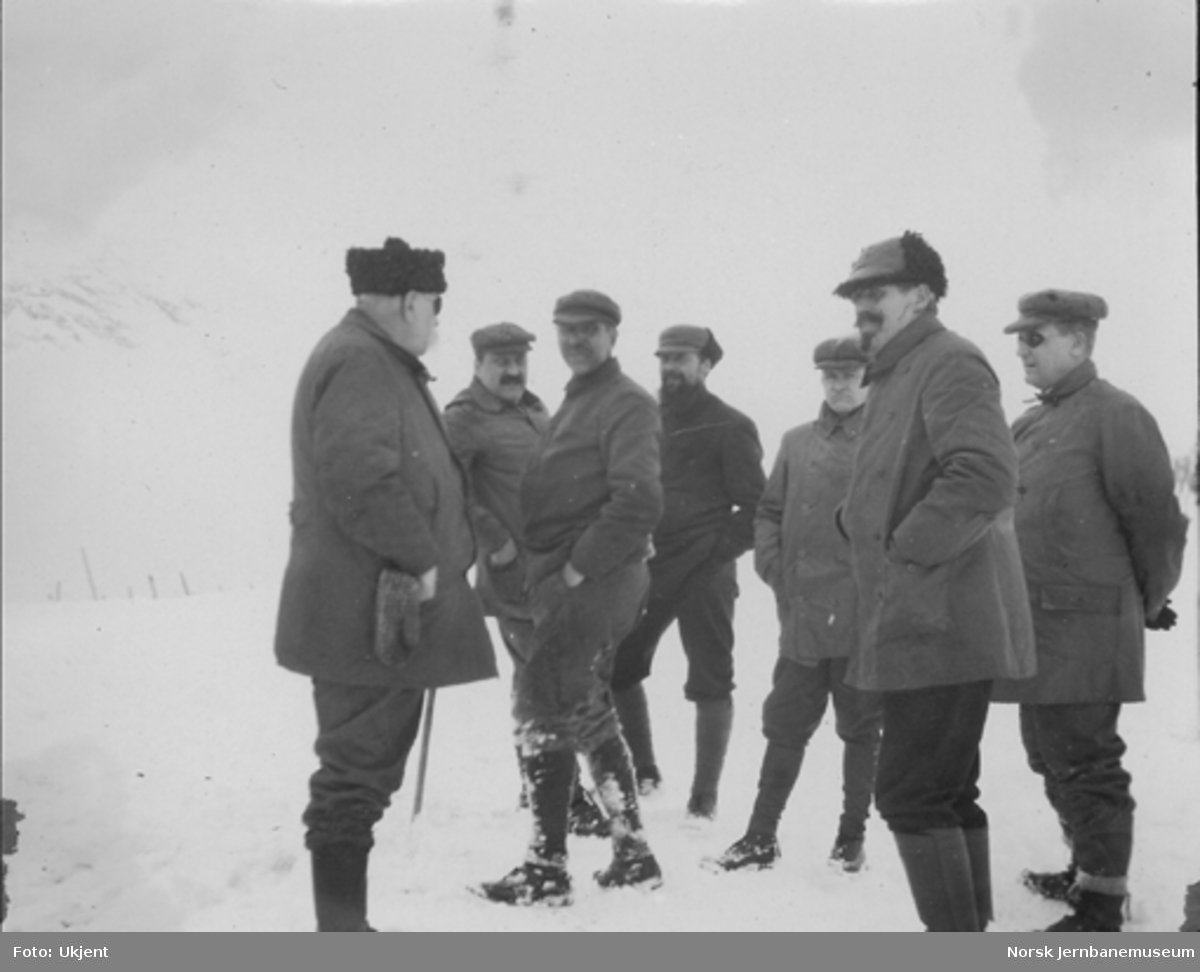 Snøblokade; sju menn konfererer