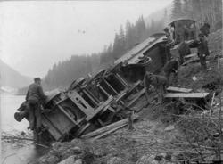 Avsporet damplokomotiv type 9a nr. 57 ved kilometer 54,8 mel