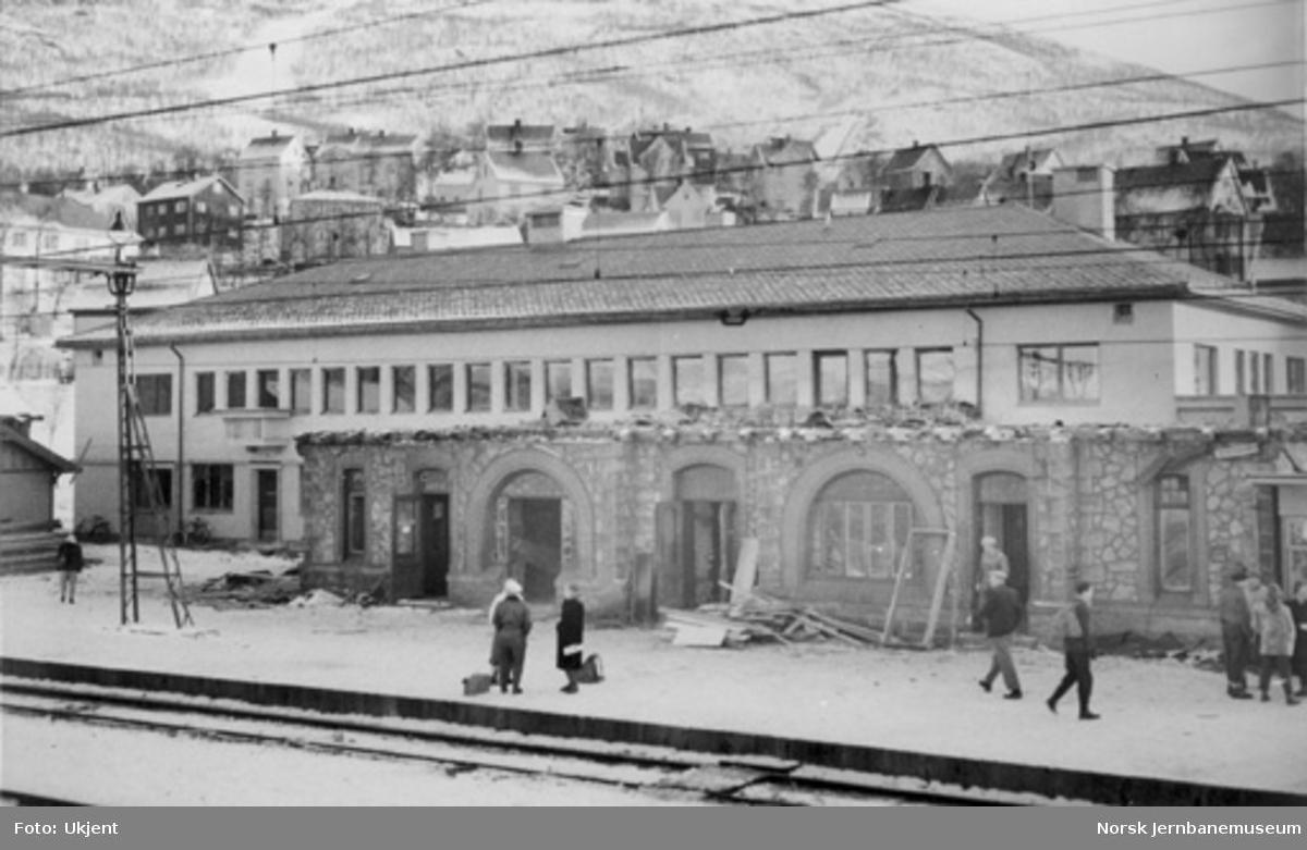 Narvik stasjonsbygning : gammel bygning under riving med den nye i bakgrunnen