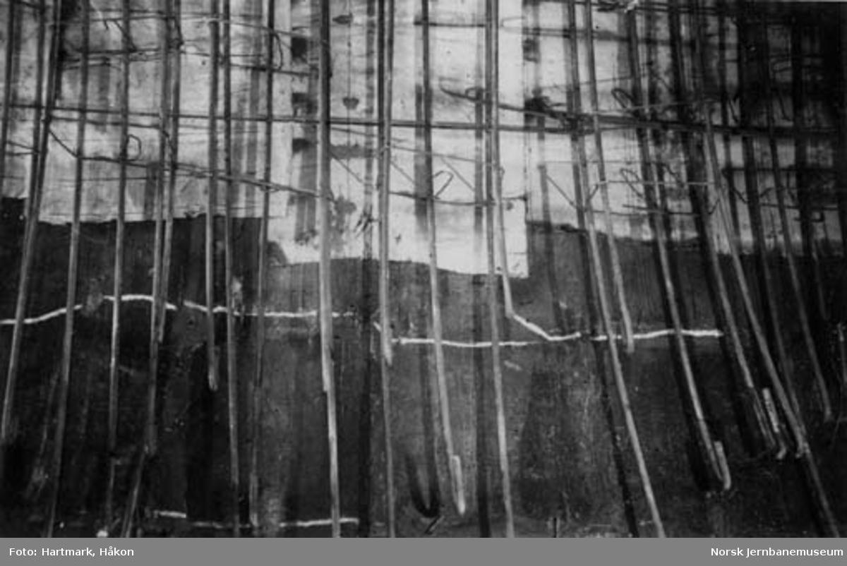 Tyholttunnelen : armering og isolasjon av indre ring i jordtunnelen; med langsgående sprekker i ytre ring