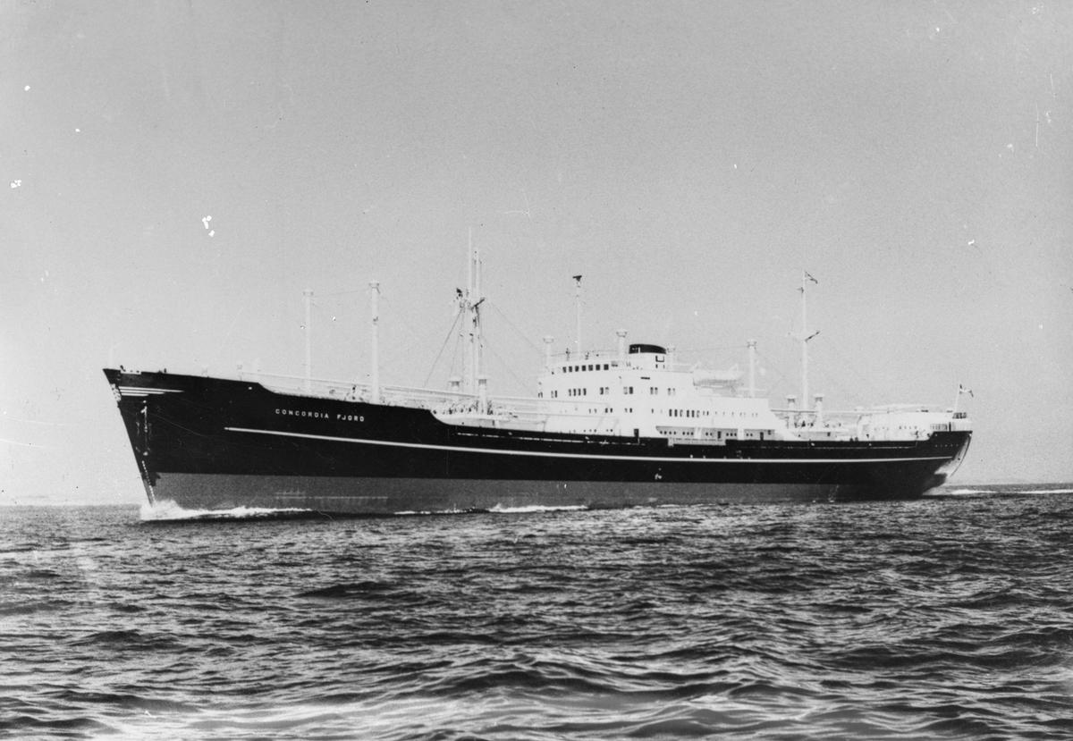 "Linjeskipet M/S ""Concordia Fjord"" i åpent farvann."