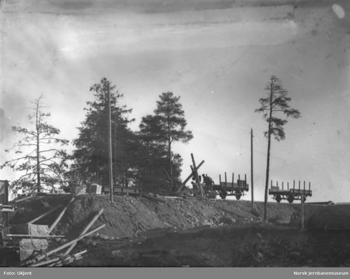 Bygging av bru over Hunnselva, fylling mot søndre brukar