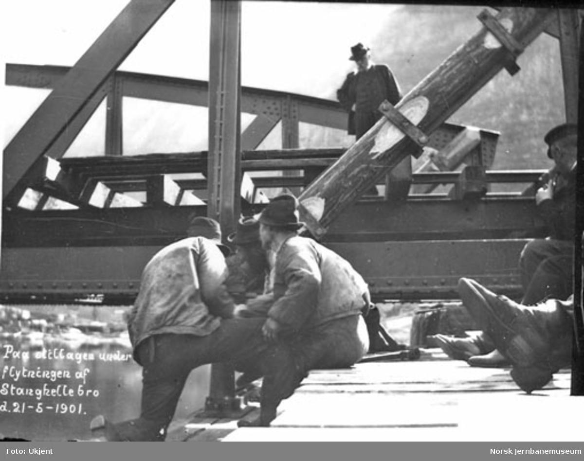 Anleggsarbeidere i gang med å flytte Stanghelle bru ved Vossebanens ombygging