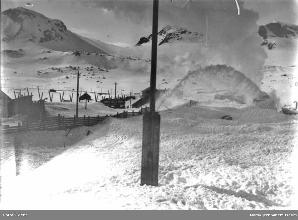 Roterende snøplog i arbeid, trolig under brøytingen av banen våren 1908
