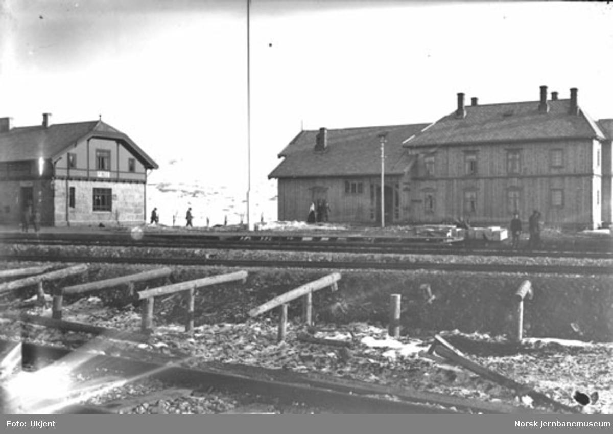 Finse stasjon med hotellet og deler av stasjonsbygningen