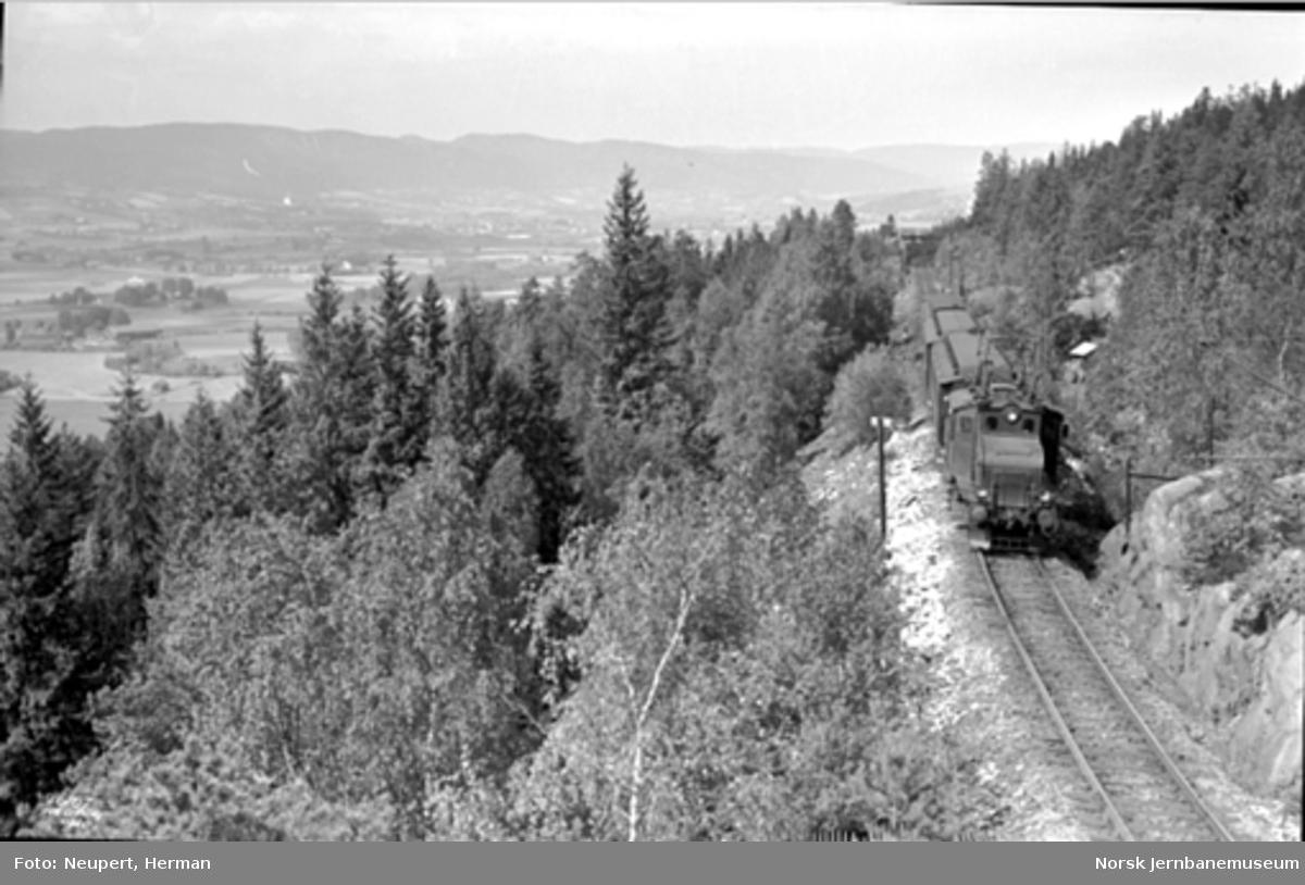 Elektrisk lokomotiv type El 1 med persontog i Lieråsen; utsikt mot Lierbygda