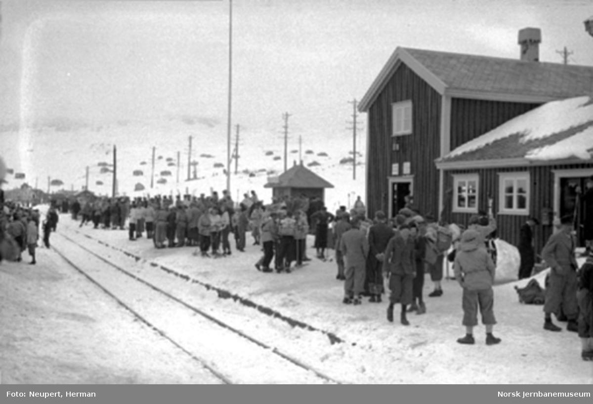 Ustaoset stasjon med mange reisende på plattformen