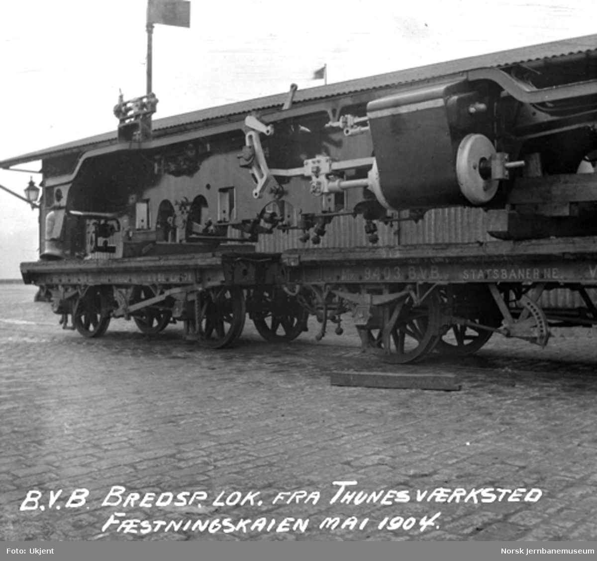 Normalspormateriell til Bergensbanen : ramme til damplokomotiv type 21a opplastet på godsvogner på Festningskaien i Oslo