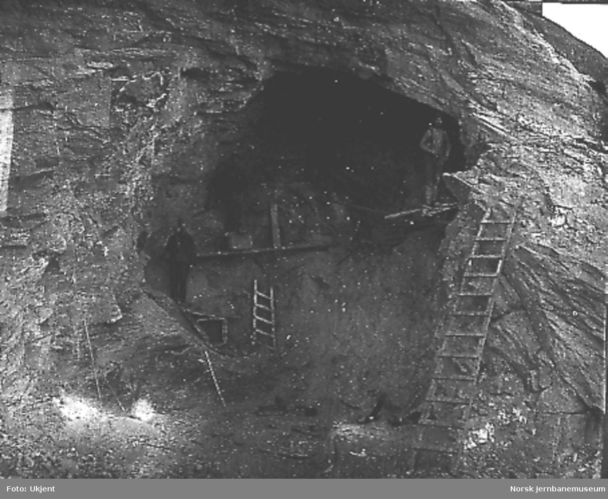 Tunnelinnslag, trolig mellom Hallingskeid og Myrdal, fire mann i arbeid på enkle stillas