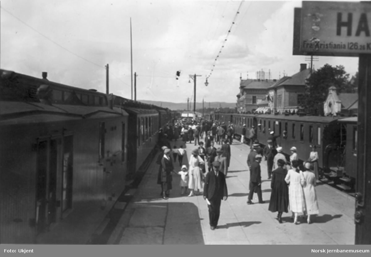 Hamar stasjon med toget fra Oslo og det smalsporede Rørosbanetoget