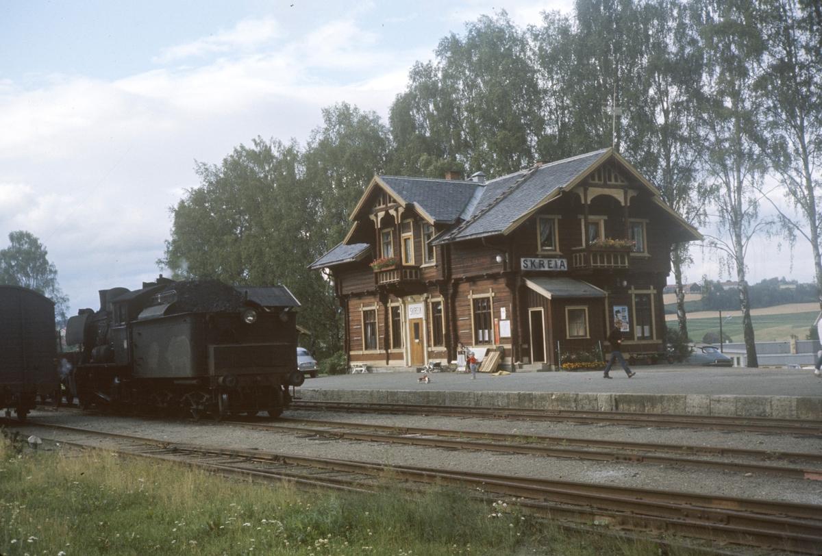 Skifting med damplok type 24b nr. 264 på Skreia stasjon.