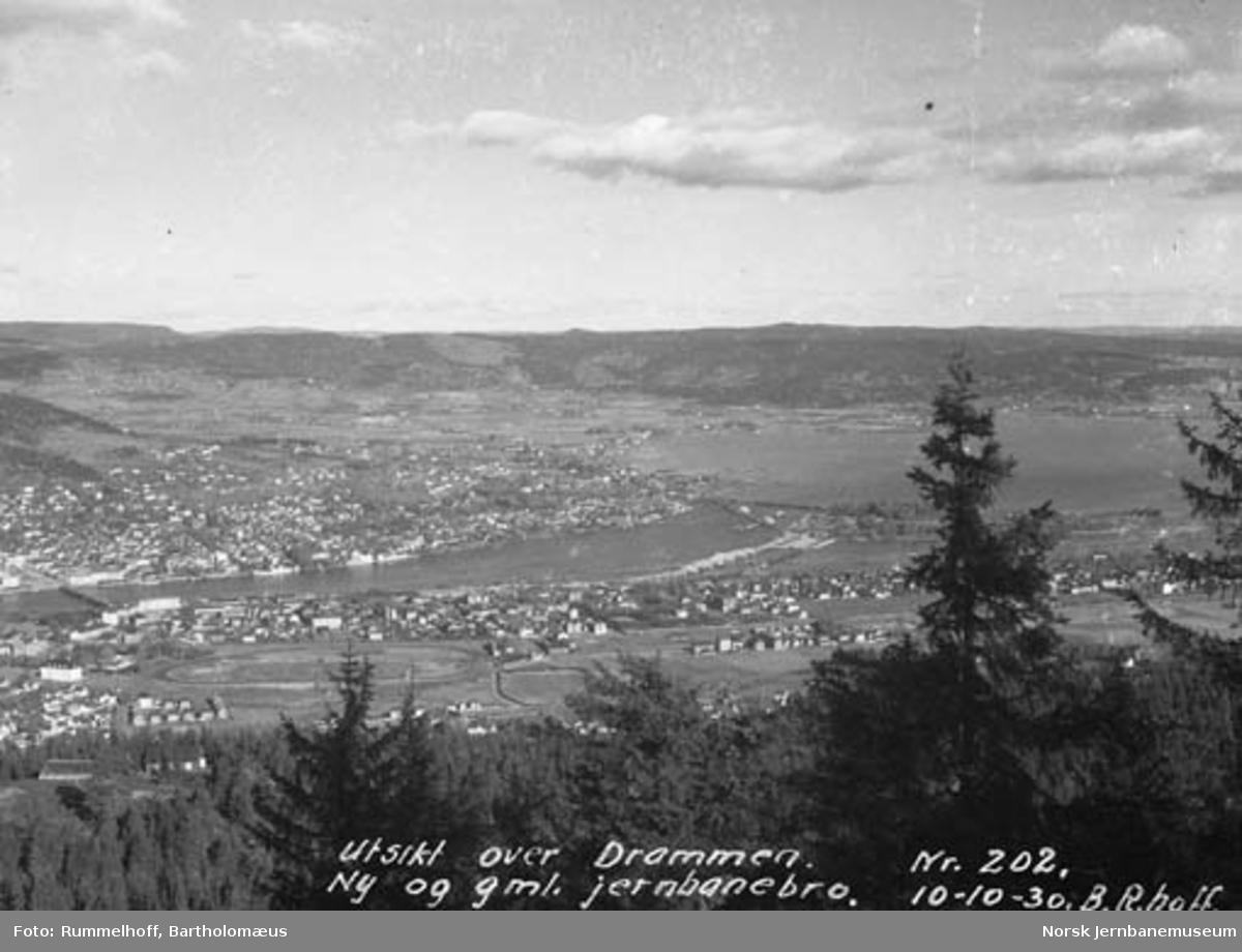 Oversiktsbilde over Drammen med nye og gamle jernbanebruer