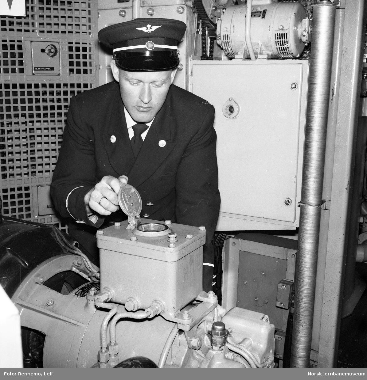 Lokfører i maskinrommet på elektrisk lokomotiv El 13