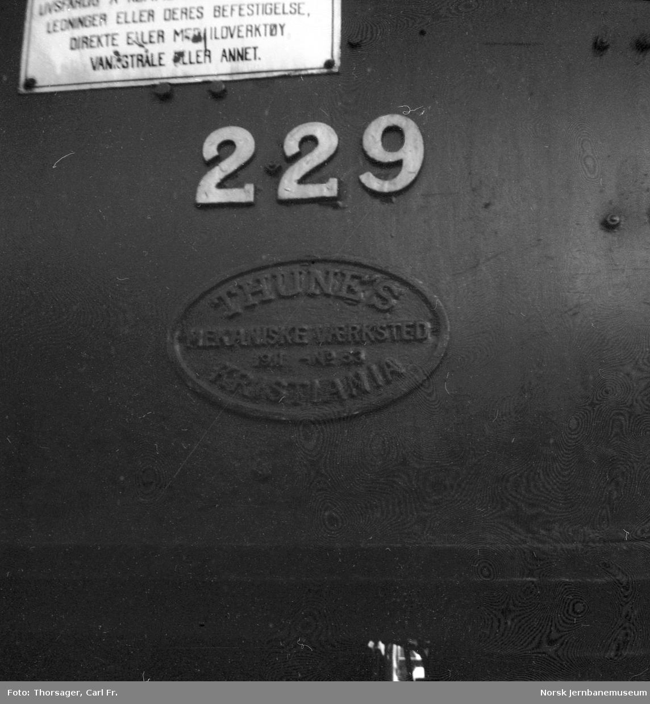 Damplokomotiv type 26b nr. 229 - fabrikkskilt og nummer