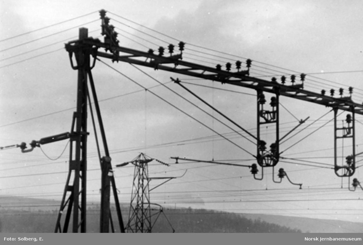 Ofotbanens elektrifisering : kontaktledningsmaster og åk på Narvik stasjon