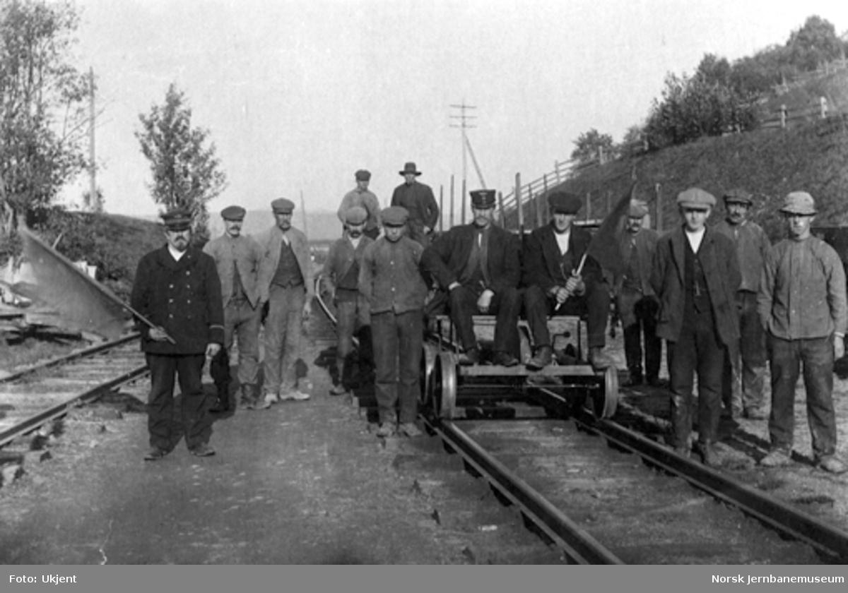 Et arbeidslag ved Kvål stasjon