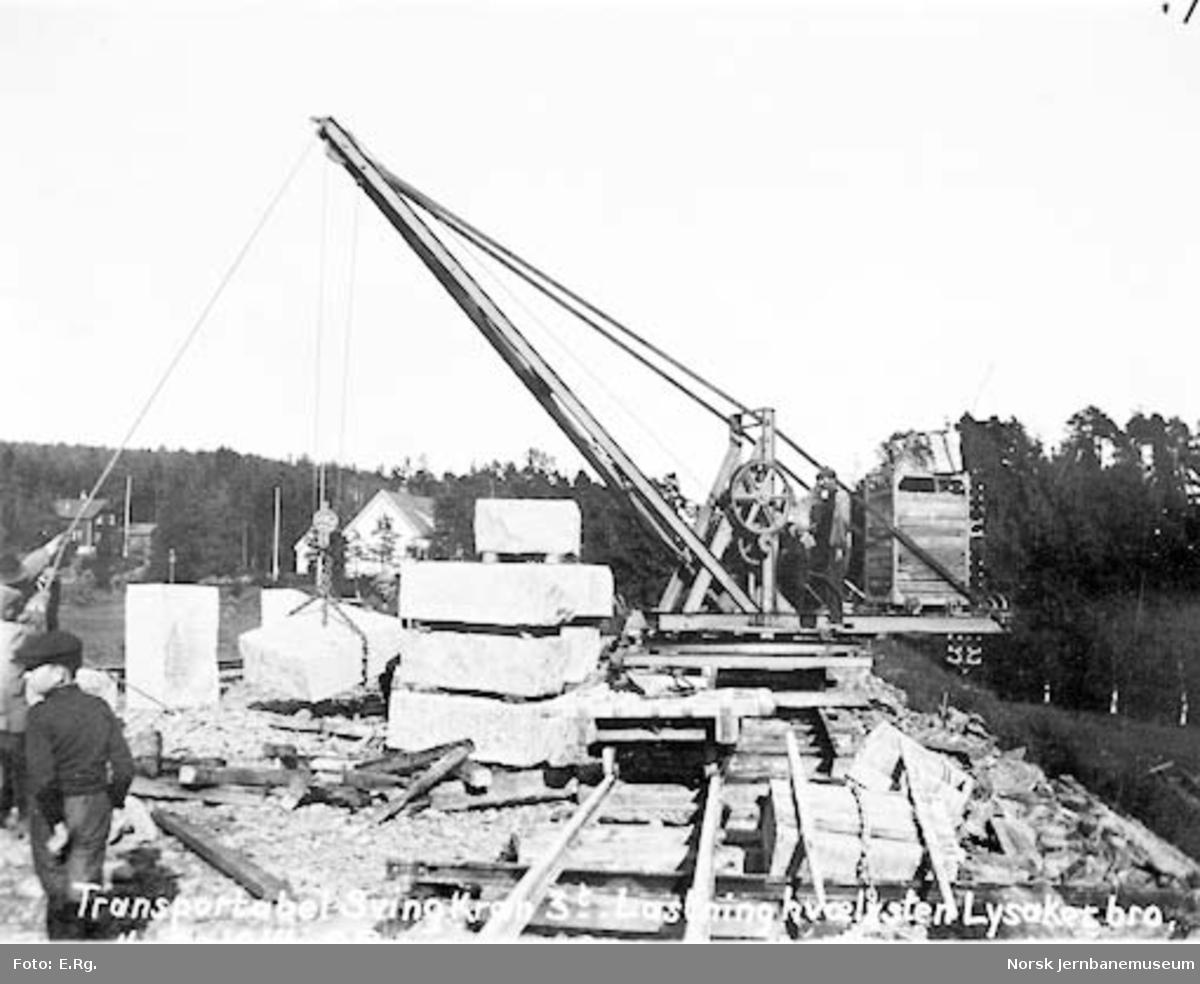 Drammenbanens omlegging : Lysakerelva bru, lasting av hvelvstein med 3 tonns transportabel svingkran