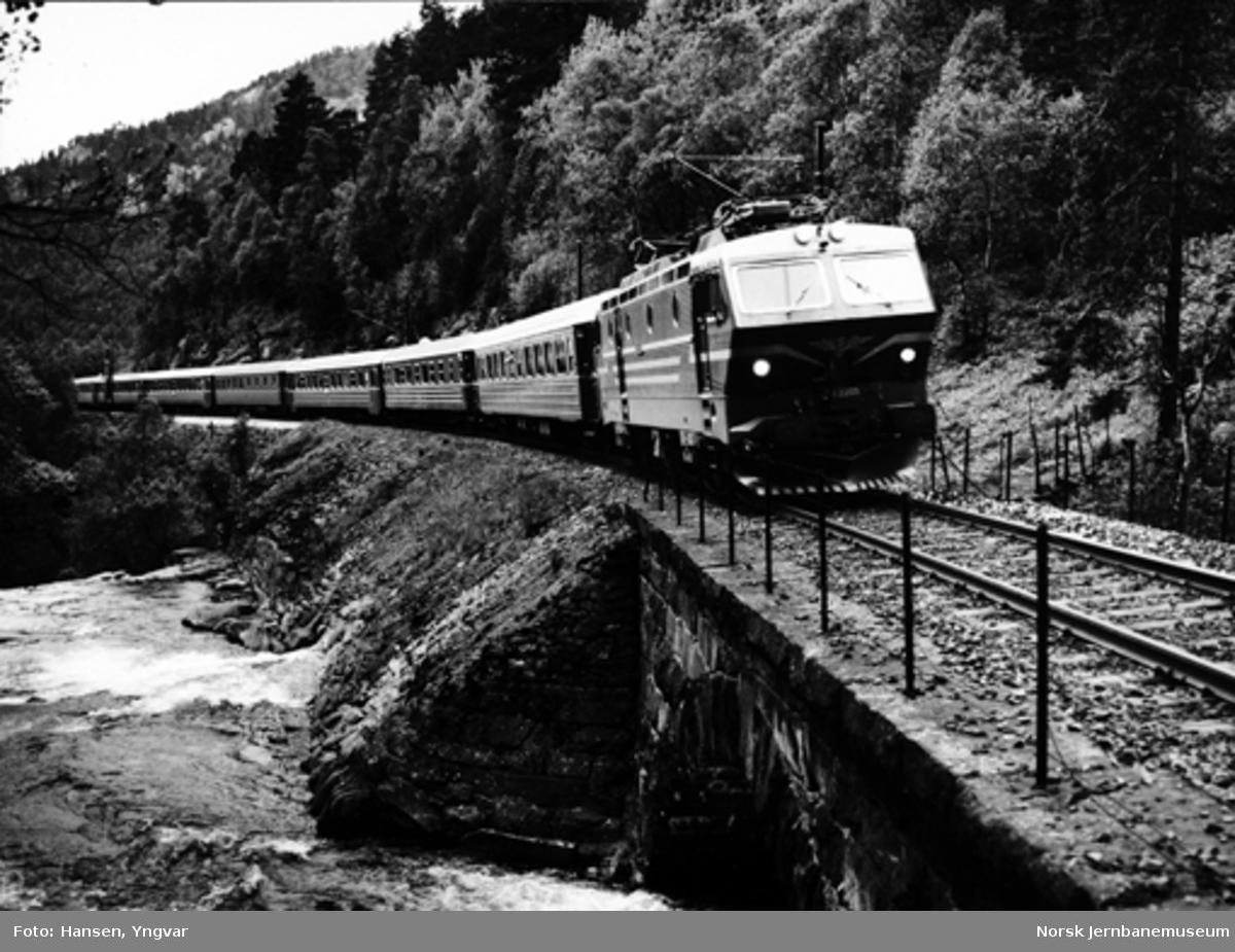 """Elektrisk lokomotiv type El 16 med """"Bergensekspressen"""" til Oslo ved Urdland"""