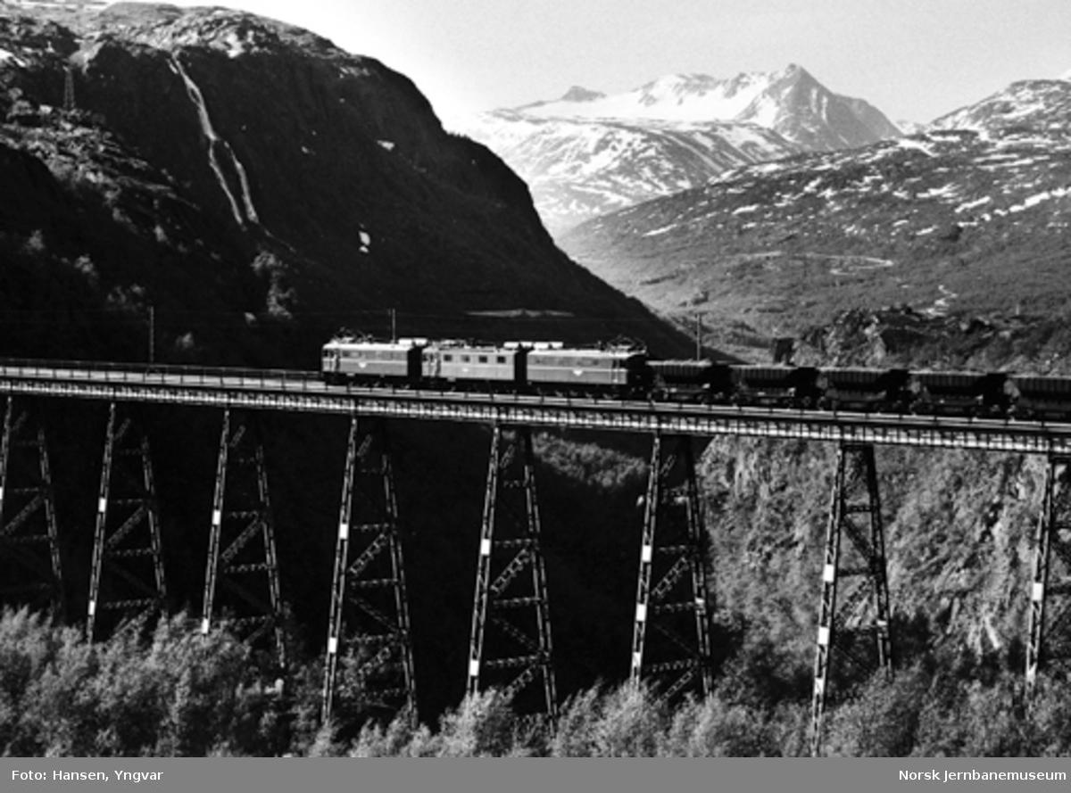 Malmtog på Norddalsenden bru trukket av elektrisk lokomotiv El 12