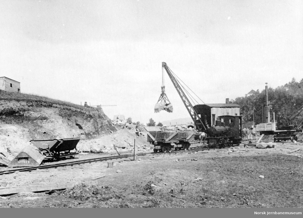 Anleggsområde i Laksevåg med damplokomotiv og dampkran