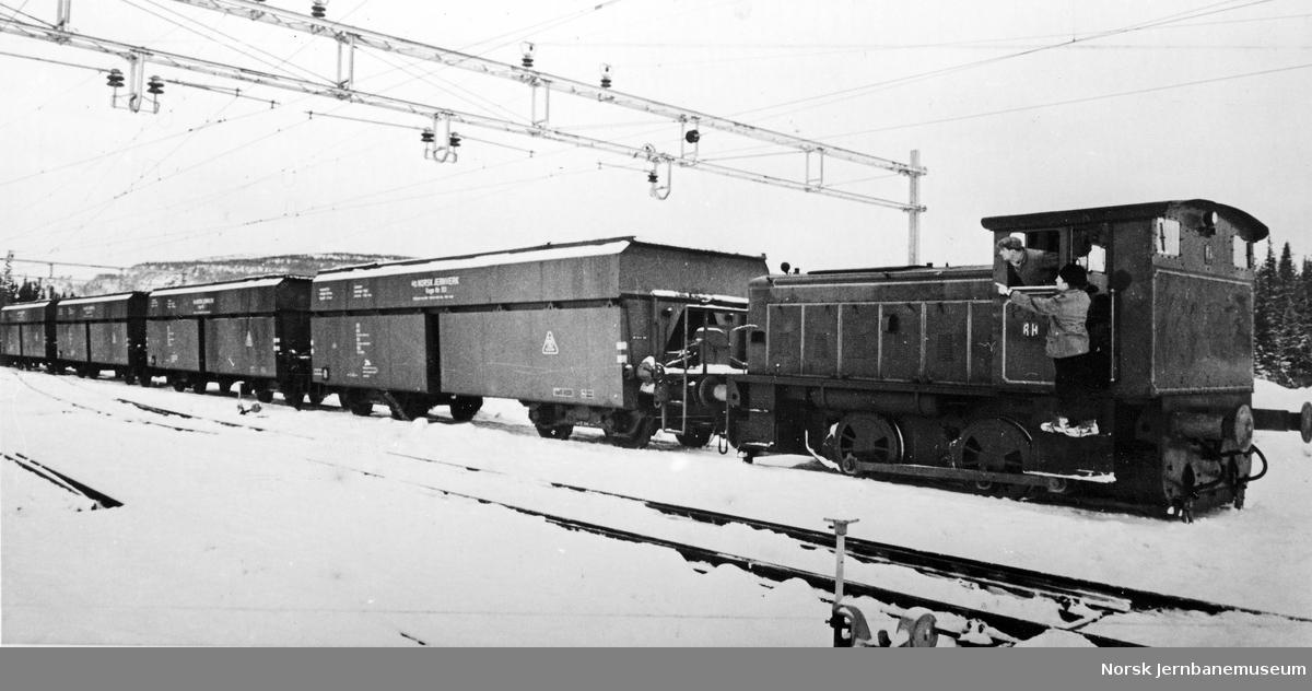 Ruston-diesellokomotiv med tog på Norsk Jernverk