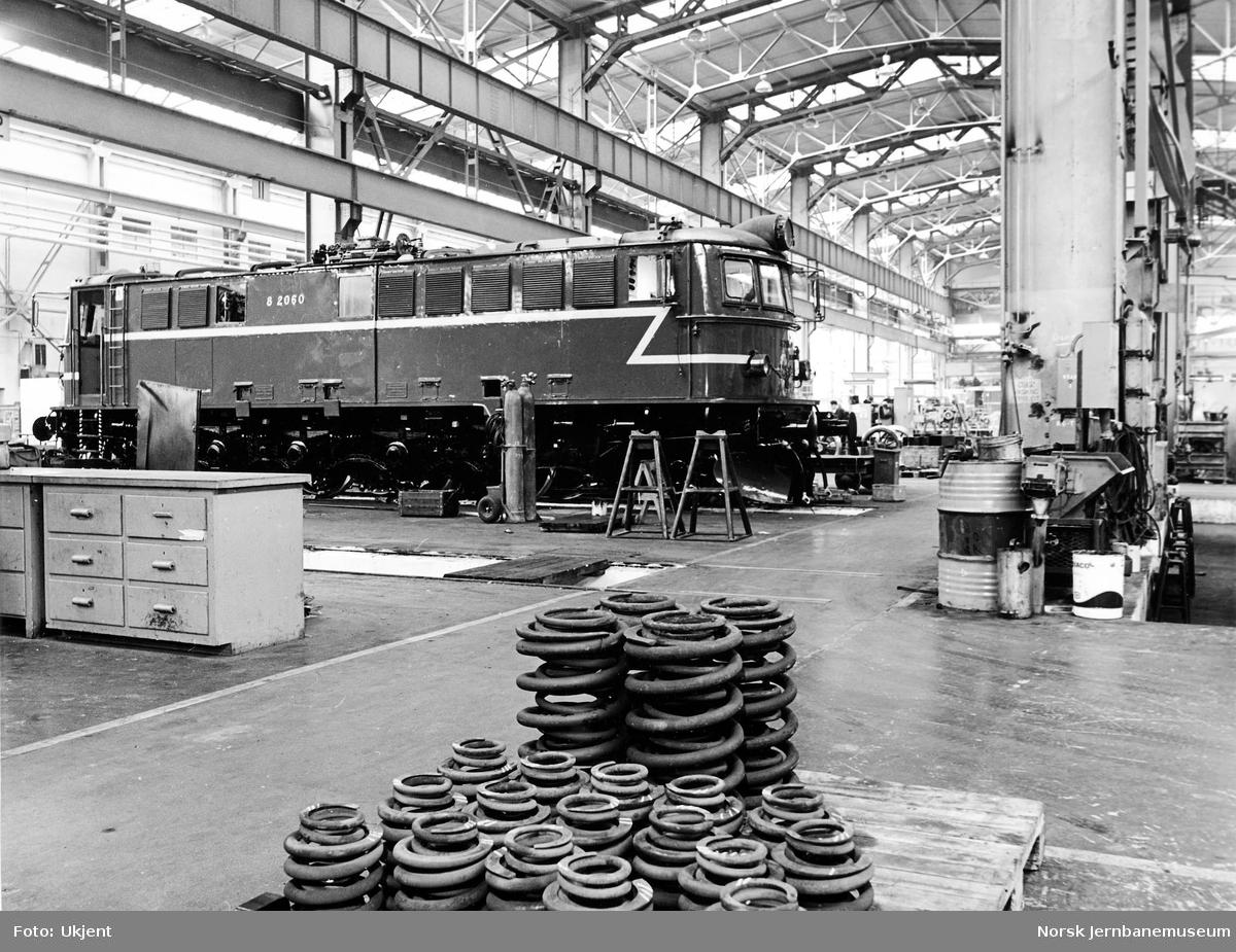 Verkstedet Grorud med elektrisk lokomotiv El 8 2060 under revisjon