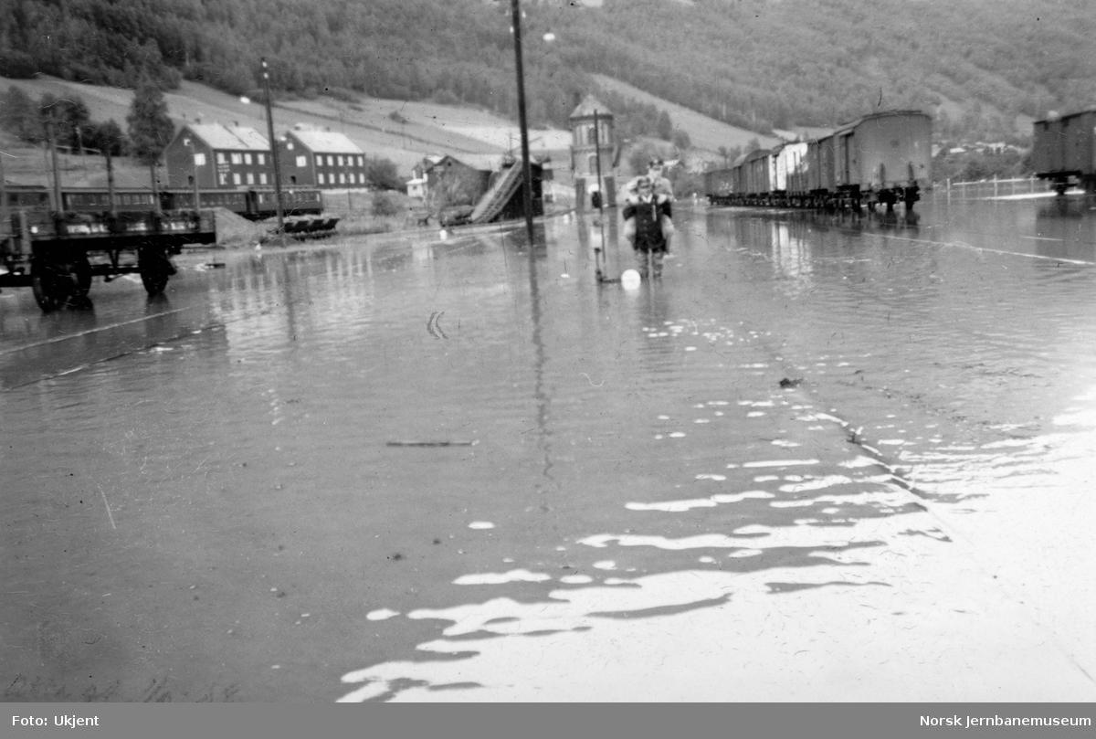 Flommen i 1938 : Otta stasjon med vann på stasjonstomta