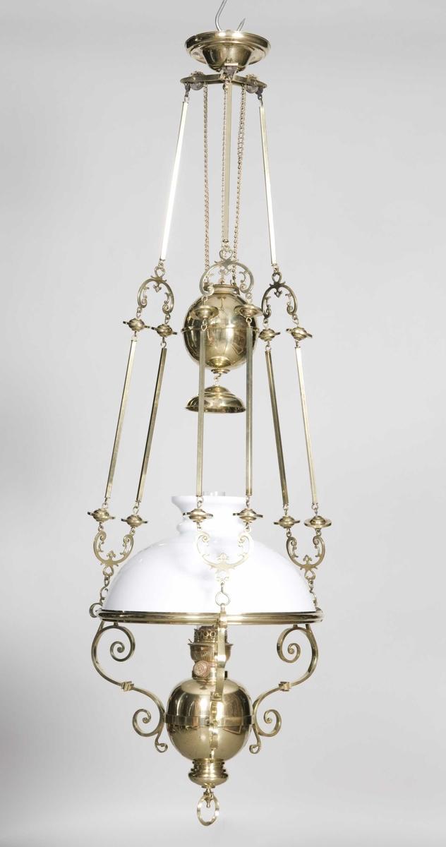 Parafinlampe i messing, fritt hengende med hvit glasskjerm og lampeglass.