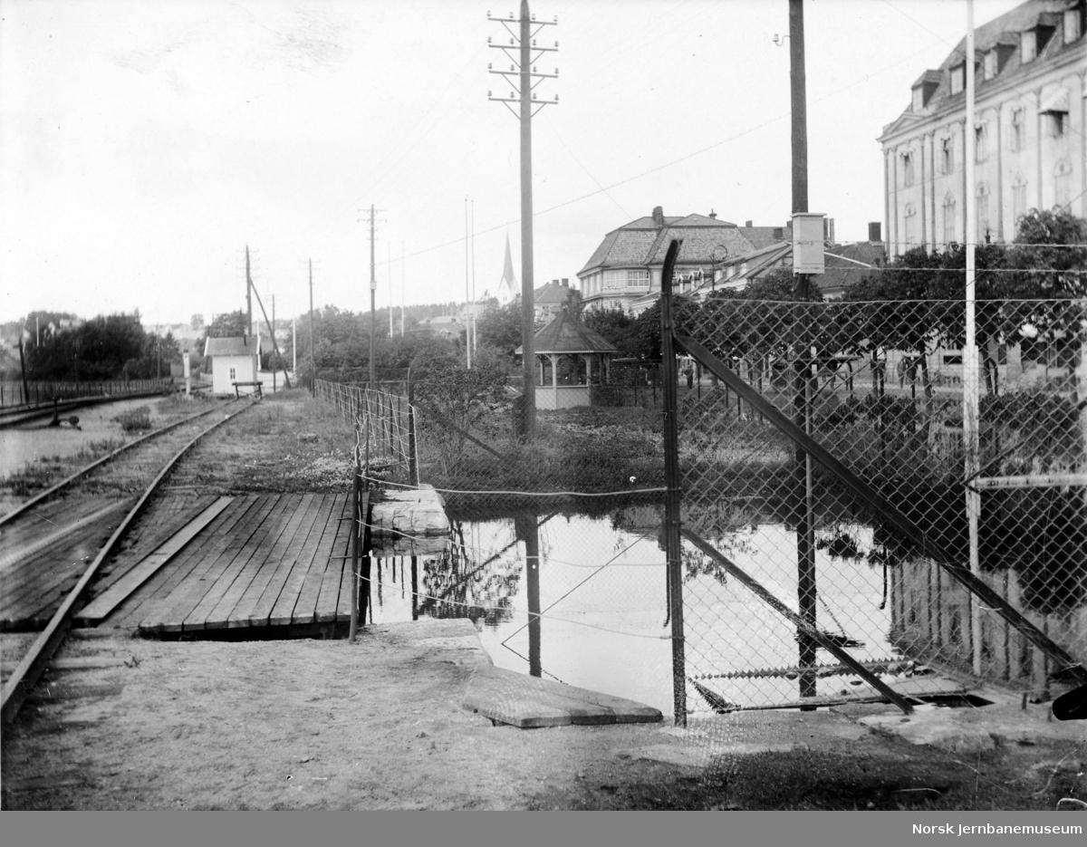 Flommen i 1927 : vegundergangen ved Victoria Hotel nord for Hamar stasjon med vannstand 8,24 meter